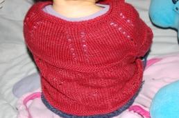 Modèle Amya Cardigan de Joanne Scrace, laine Les laines du scarabée Hespérie, coloris Griotte