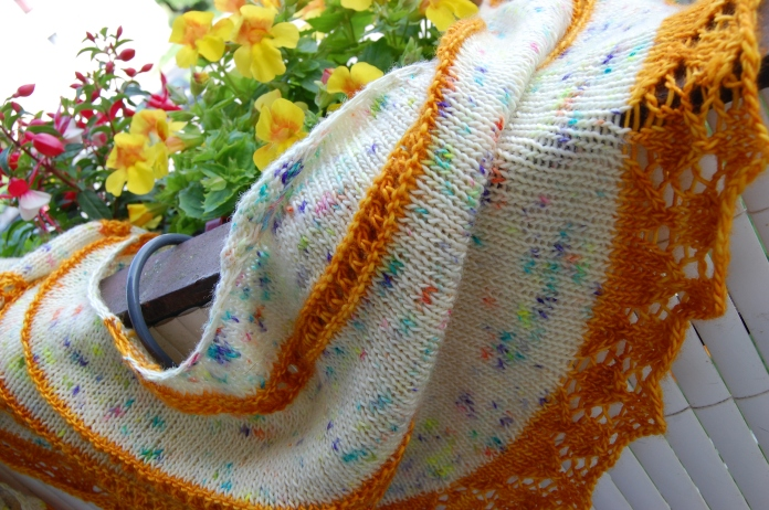 Modèle Merlot par Elise Dupont, bordure modifiée, laine Madelinetosh Tosh Merino Light coloris cosmic wonder dust et gilded