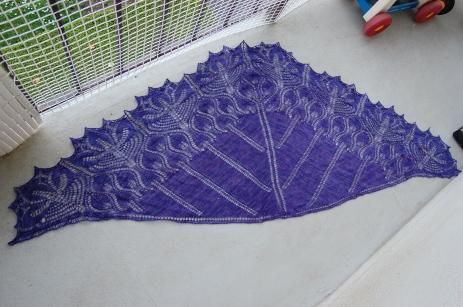 Modèle Royal tulips shawl par Anne-Lise Maigaard, grandement modifié, laine Madelinetosh tosh lace coloris iris