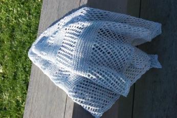 Petit châle dessiné par Noora Laivola réalisé en Vi-laine malouines&soie fing coloris l'Effet kiss cool.