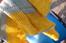 Modèle Morlynn Shawl / Tuch de Alexandra Wiedmayer, laines Vi-laines Tordues coloris Folies dans les prés et MadelineTosh merino light coloris Chamomille.