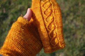 Modèle Kujeillen de Tiina Kuu, laine Madelinetosh Tosh Merino Light coloris Gilded.